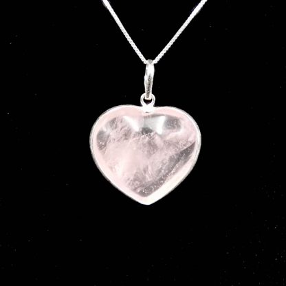 corazon de cuarzo rosa con borde de plata