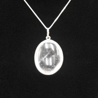 colgante forma oval de cuarzo blanco con borde de plata