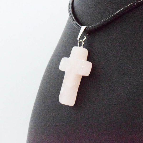 Colgante de Cruz de Cuarzo Rosa en Bisutería